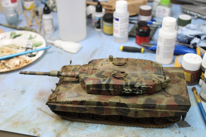 Leopard 2 scale model pigment weathering done